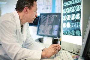 רופא מתבונן ב CT באתר רופאים
